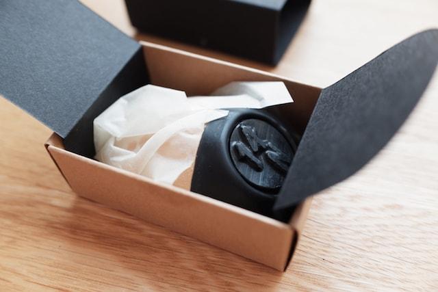 紙箱に入った固形ファンデーション
