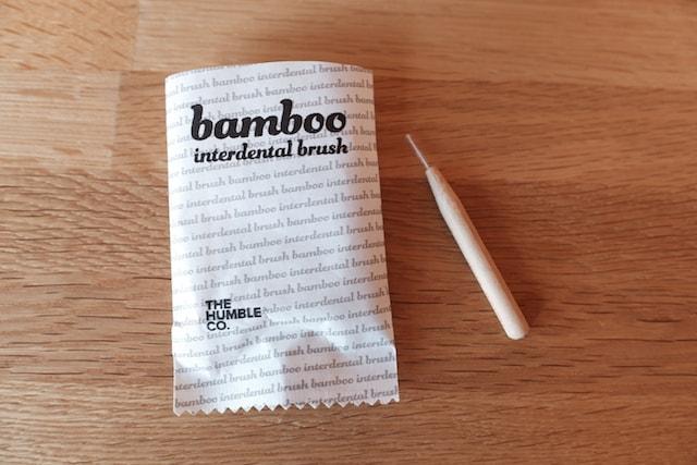 紙箱の中に入っている紙袋と歯間ブラシ