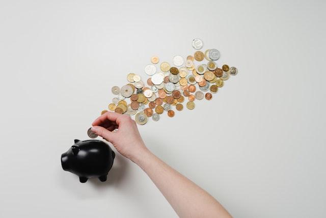 黒い豚の貯金箱とたくさんのコイン