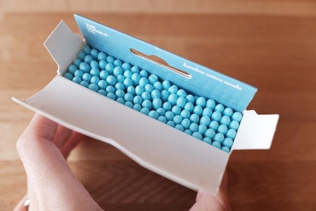 箱を開けて綿棒がぎっしり詰まっている様子