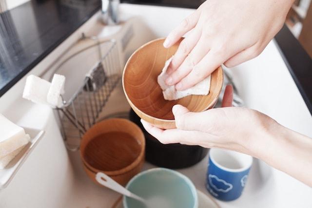 お椀の汚れを古布で拭き取っている様子