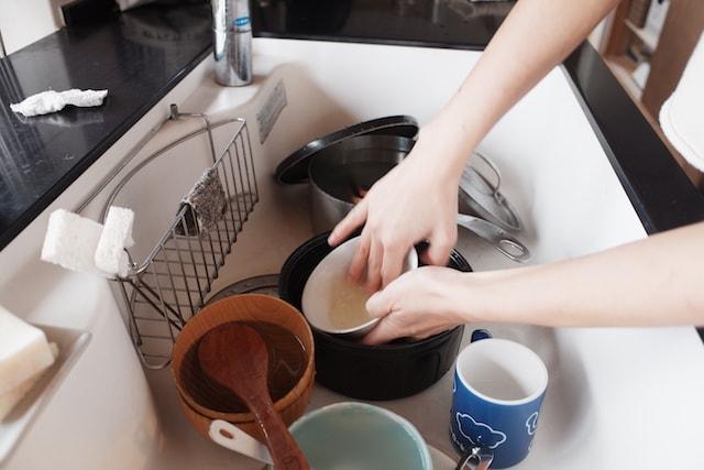 お茶碗を溜めたぬるま湯で予洗いしている様子