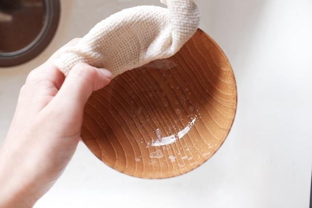 食器洗い石鹸がついたガラ紡糸のふきんでお椀を洗った時の泡立ちの様子