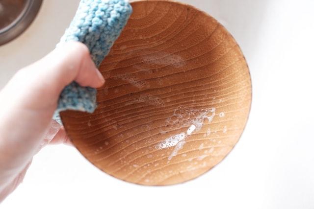 食器洗い石鹸がついたコットンたわしでお椀を洗った時の泡立ちの様子