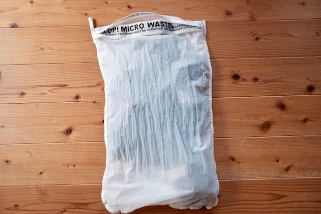 床の上に置いたグッピーフレンドウォッシングバッグ