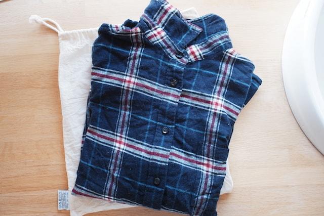 モリスンタイプの袋に置いた畳んだネルシャツ