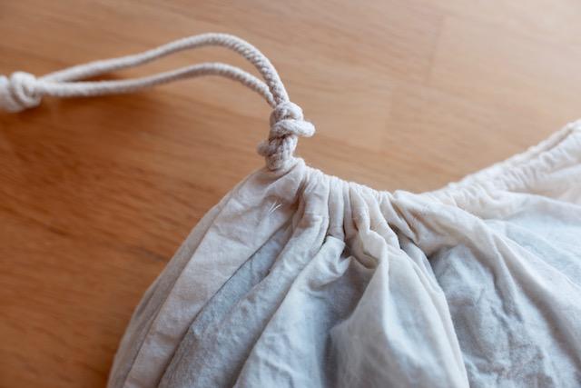 巾着の紐を結んだ様子