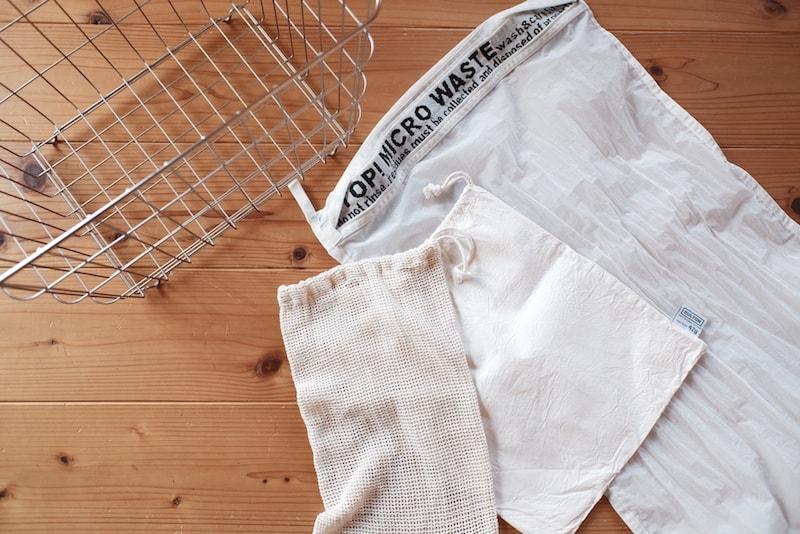 メッシュと平織りのコットンの巾着袋と、化繊をキャッチする特殊な洗濯ネット