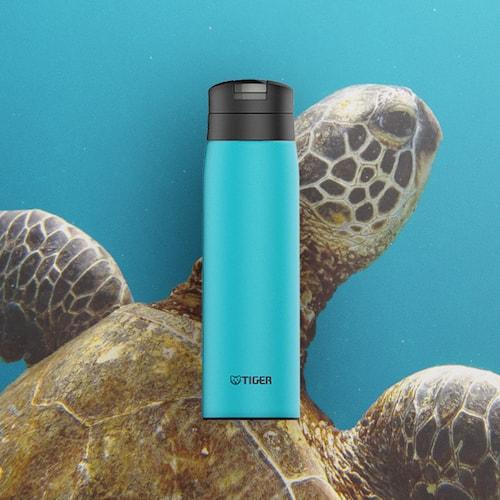 ウミガメを背にしたコバルトブルーのカスタムボトル
