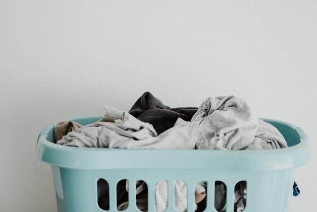 洗濯カゴに入ったたくさんの衣類