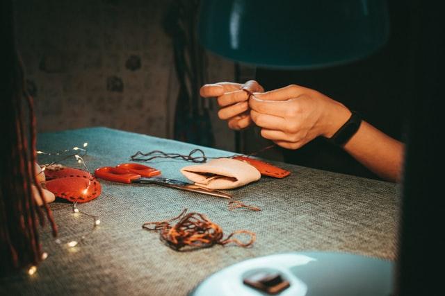 裁縫をしている女性