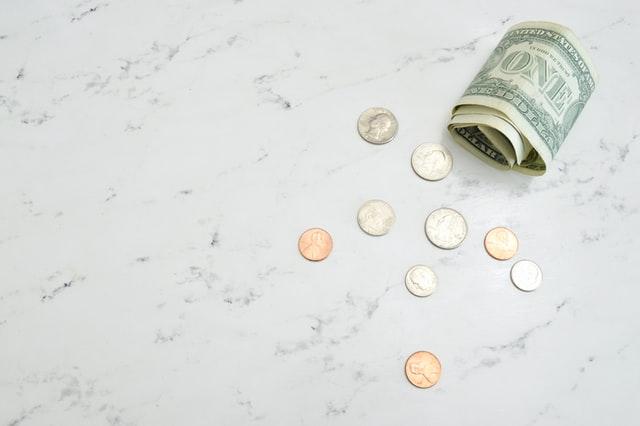 テーブルの上に置かれたコインとお札