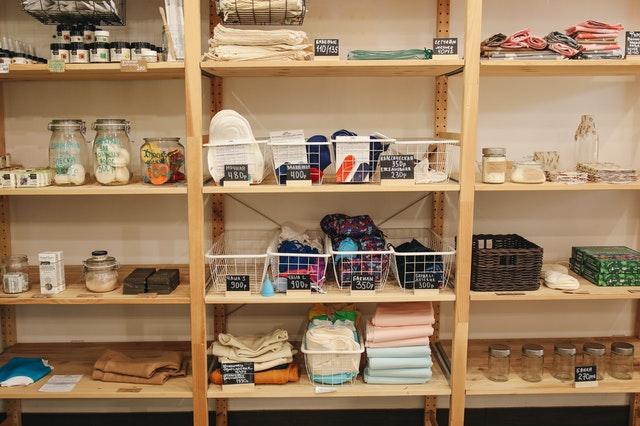 お店の棚に陳列されたプラなしの商品