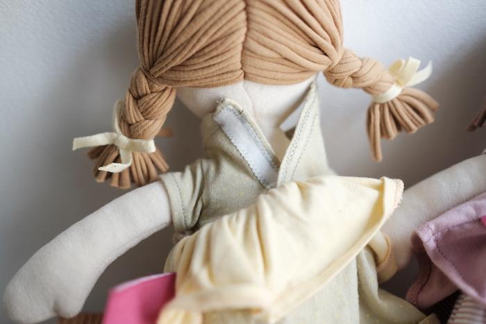 なかよしライブラリーのオーガニックコットン人形の後ろからみた画像