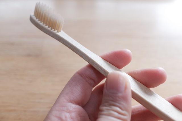 平型の竹歯ブラシを手で握る様子