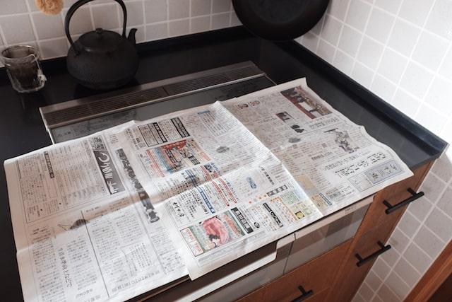 コンロの上にひいた新聞紙