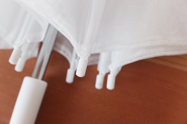 ビニール傘の骨の先端の小さなプラスチック