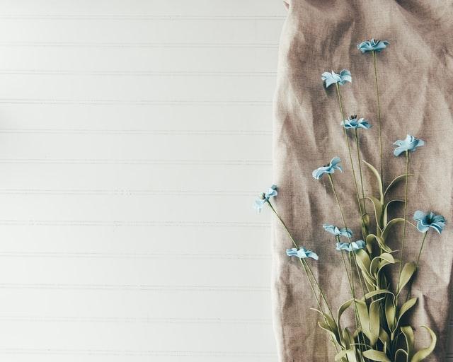 布の上に置かれた花