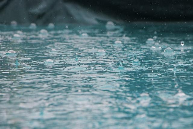 水の上に雨が降り注ぐ様子
