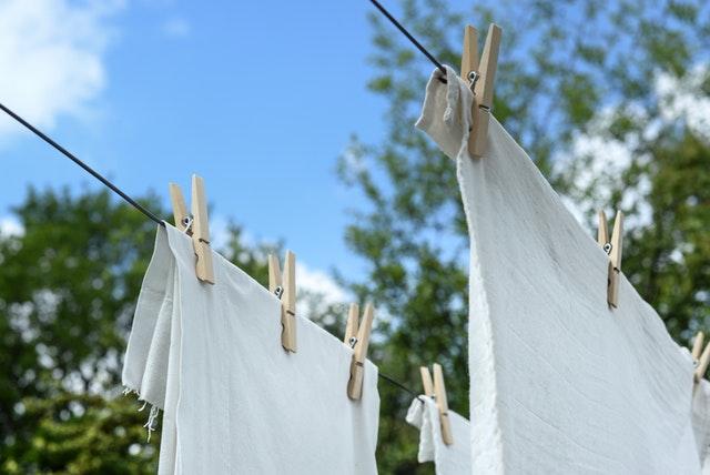 外に干されている白い布