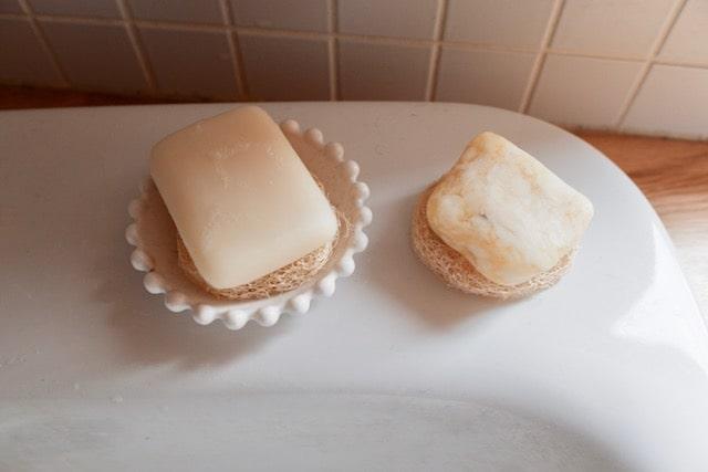 洗面所の固形石鹸をヘチマたわしで水切り