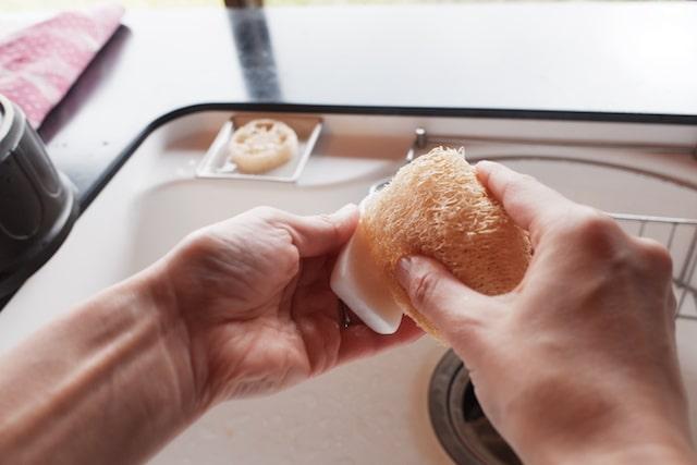 ヘチマたわしに食器洗い石鹸をこすりつけている様子