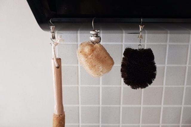 ヘチマたわしをキッチンに吊るして乾かしている様子