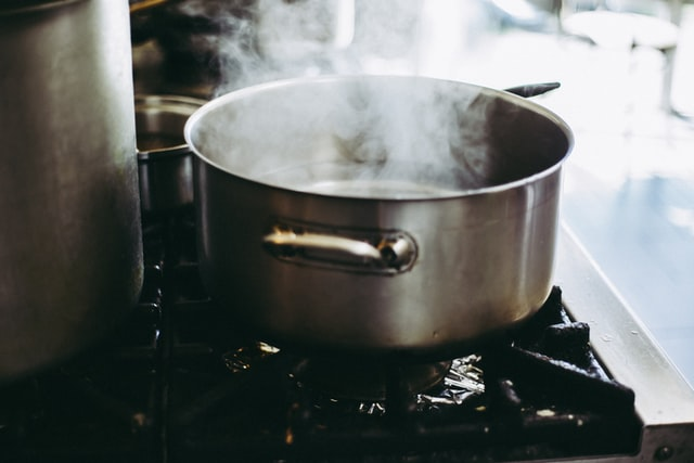 お湯が沸騰する鍋