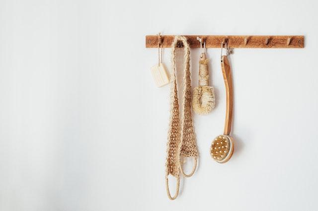 壁に吊るした自然素材のボディ用ブラシ