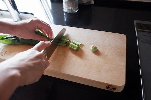 イチョウのまな板で小松菜を切っている様子