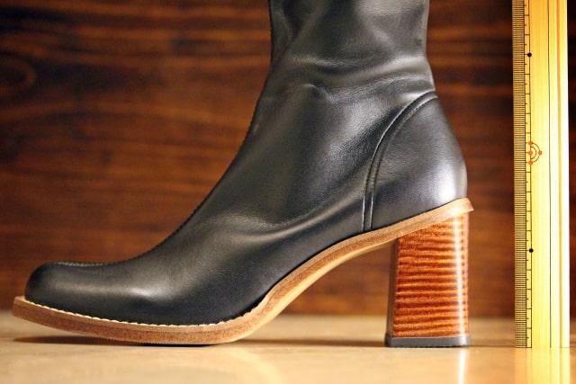ヒールの高い黒いブーツ