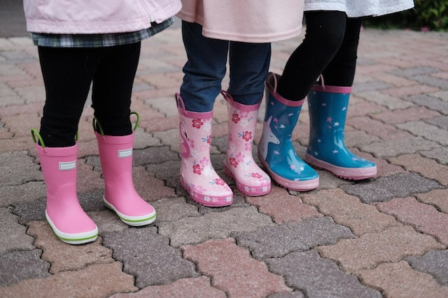 kushyshooの長靴を履いた3人の女の子