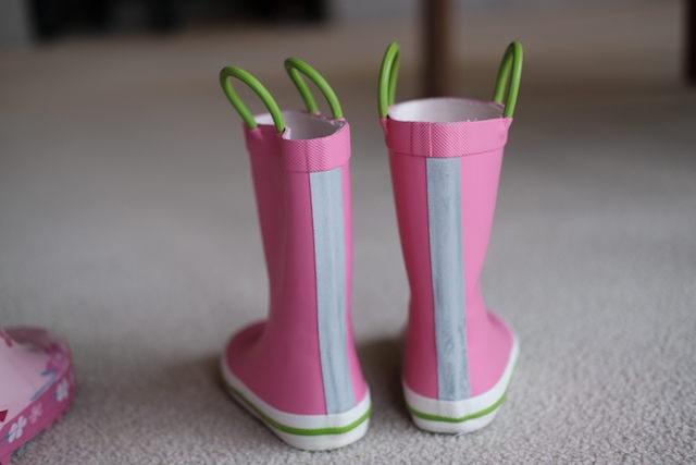 長靴の両端にあるプルハンドル