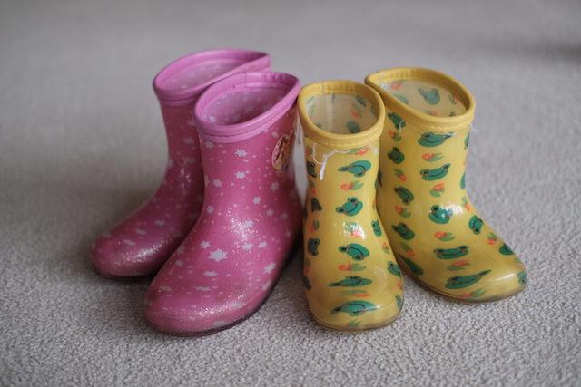 ピンクと黄色の塩ビの子供用長靴