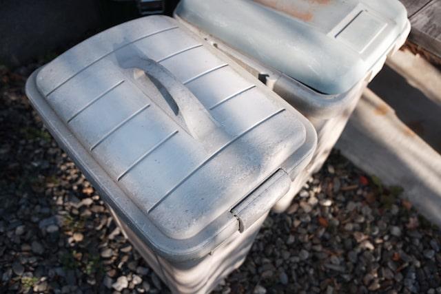 外で劣化したプラスチックのゴミ箱