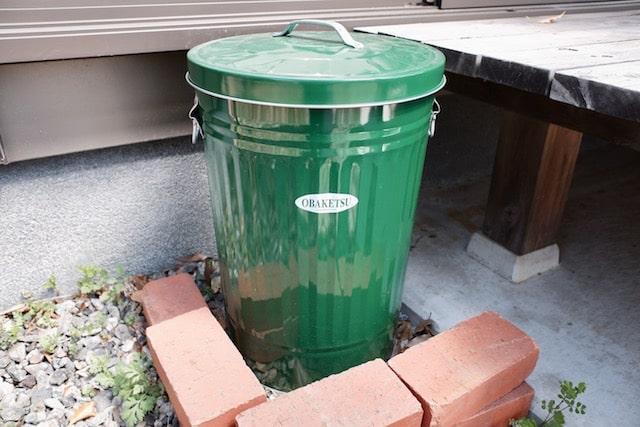 ゴミ箱の周囲をレンガで囲った様子