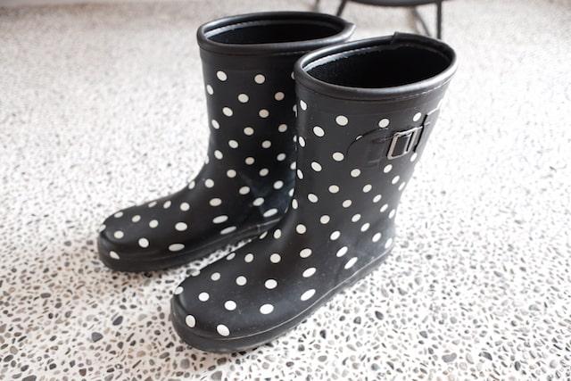 水玉の塩ビの子供用長靴