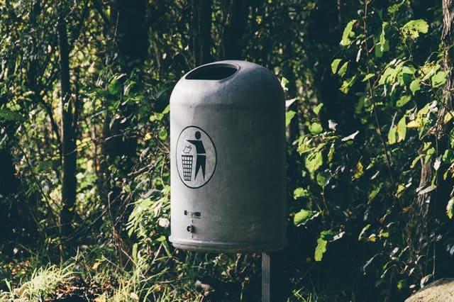 外の公衆ゴミ箱