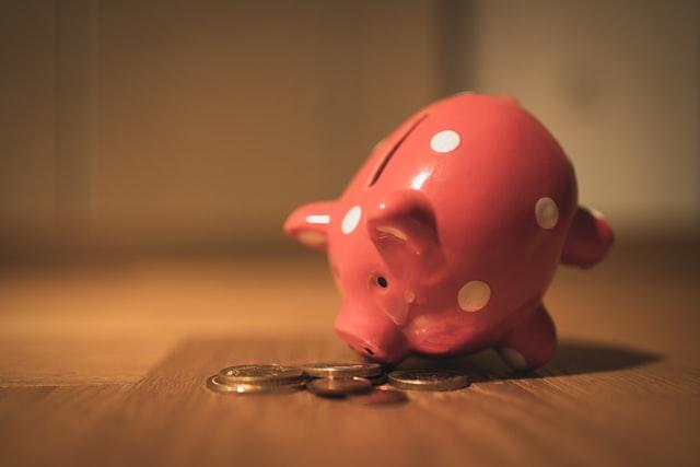 豚の貯金箱とコイン