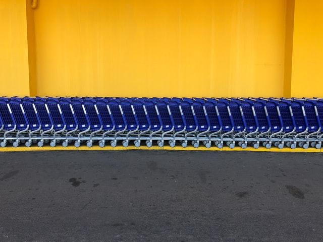 一列に並べられたショッピングカート