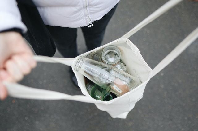 コットンバッグに入った空き瓶