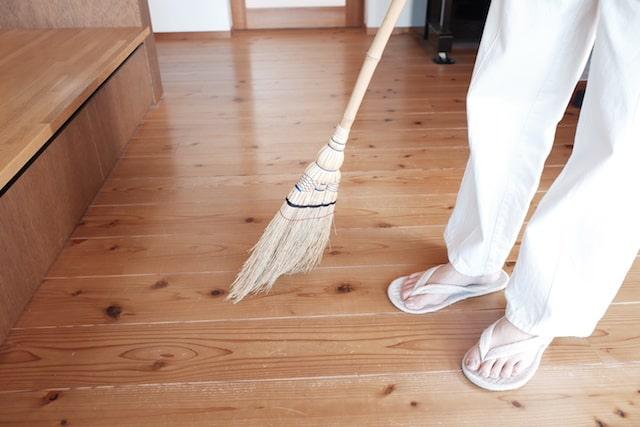 江戸箒でフローリングを掃いている様子