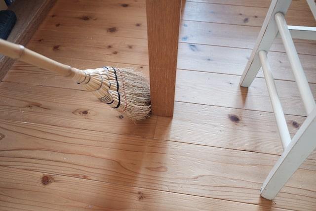 テーブルの脚周りを掃く様子