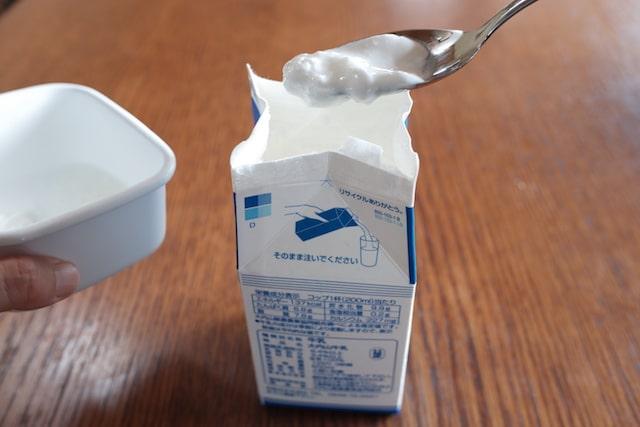 牛乳パックにヨーグルトを入れる様子