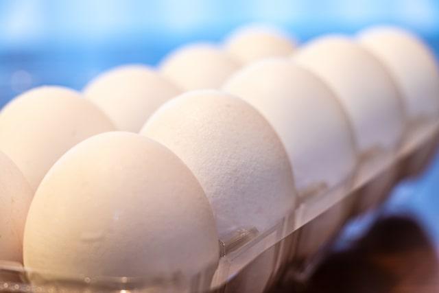 プラスチックパックに入った卵