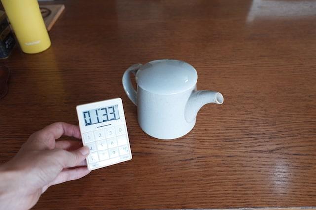紅茶が抽出されるまで待っている様子