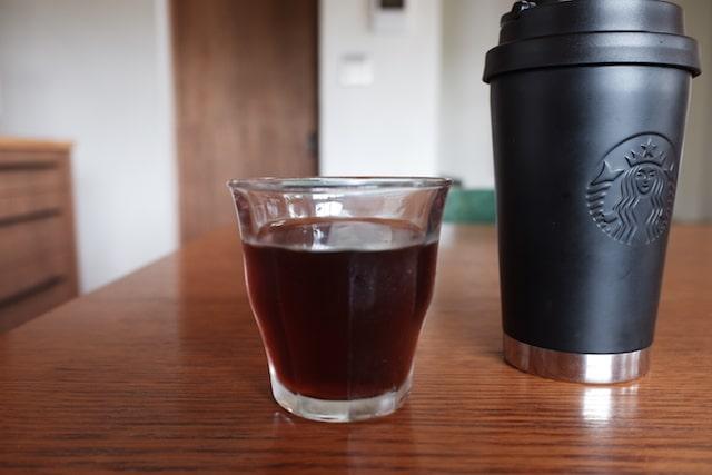 出来上がったアイスコーヒーをグラスに注いだ様子