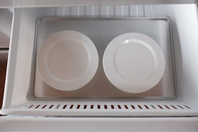 ご飯を入れたガラスタッパーを冷凍庫に入れた様子