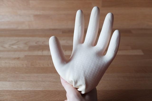指先までちゃんと裏返ったゴム手袋