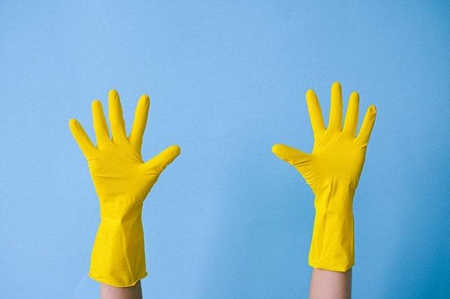 手袋をして両手を挙げている様子